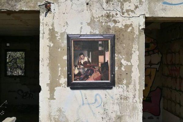 Artista replica pinturas famosas em lugares incomuns e abandonados 15