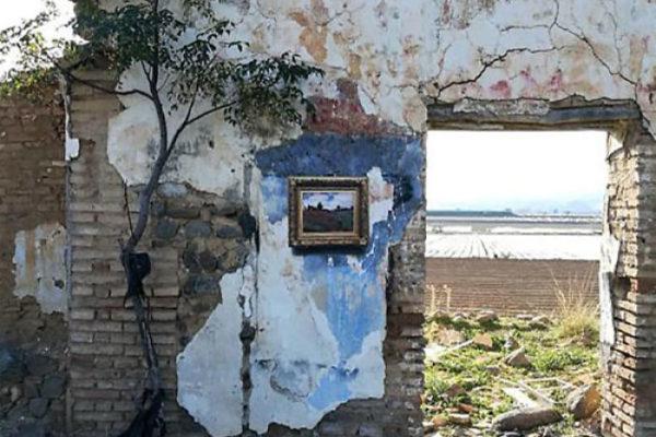 Artista replica pinturas famosas em lugares incomuns e abandonados 19