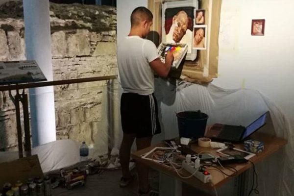 Artista replica pinturas famosas em lugares incomuns e abandonados 23