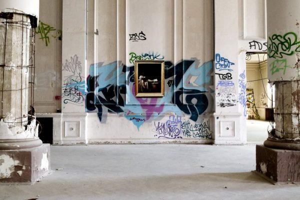 Artista replica pinturas famosas em lugares incomuns e abandonados 24