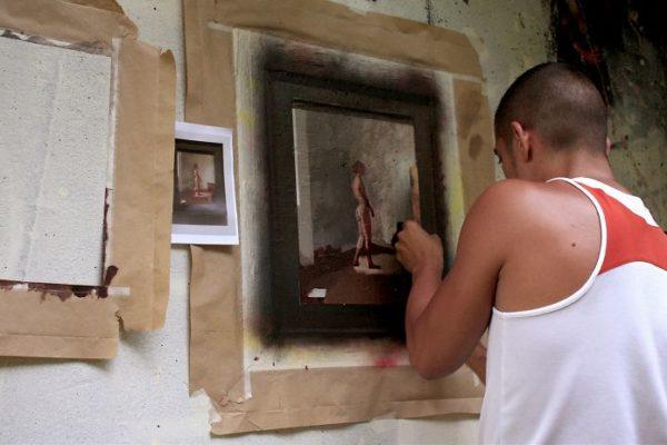 Artista replica pinturas famosas em lugares incomuns e abandonados 6